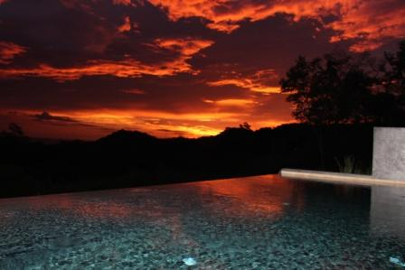 ciel en feu  sur la piscine