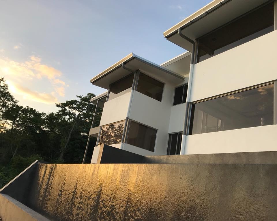 Vue façade et infinity pool