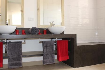 salle de bain avec douche italienne et banc